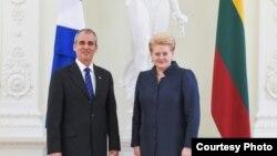 La presidenta de Lituania, Dalia Grybauskaitė, recibe el embajador cubano Enrique Orta González.