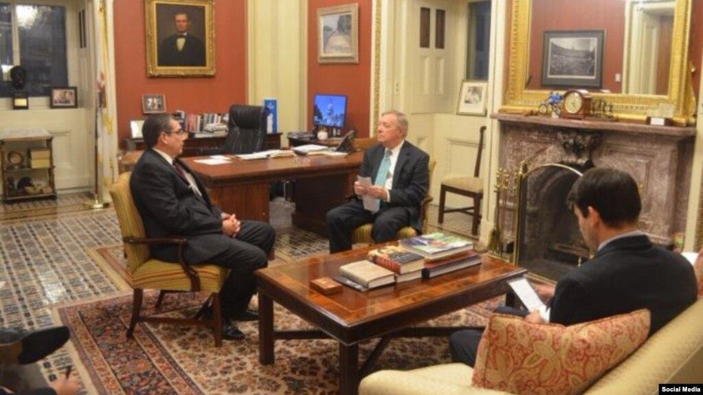 José Ramón Cabañas y el senador Dick Durbin. Foto cuenta oficial en Twitter @SenatorDurbin