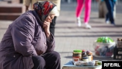 Una mujer vende comida enlatada casera en una calle en Kaliningrado.
