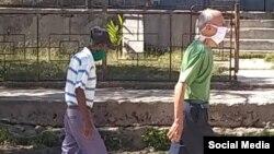 Ancianos de Antilla con máscaras protectoras por el coronavirus. (Tomado de Facebook)