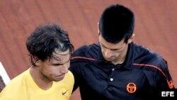 El tenista serbio Novak Djokovic (d) y el español Rafael Nadal tras la final del Masters 1.000 de Madrid (2011) que disputaron en la Caja Mágica, en la capital española, y en la que Djokovic se impuso por 7-5 y 6-4.