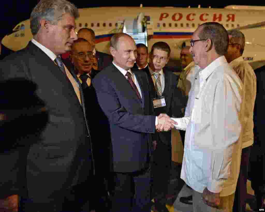 Putin fue recibido en la madrugada por el primer vicepresidente de Cuba, Miguel Diaz-Canel, y personal de la sede diplomática de Rusia en Cuba, entre otros funcionarios en el Aeropuerto Internacional José Martí de La Habana (Cuba).