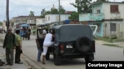 Momento en que la dama de blanco Caridad Burunate es conducida por fuerzas represivas en Colón, Matanzas. (TWITTER: Cortesía de Iván H. Carrillo).