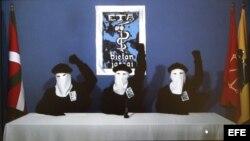 El artículo cita que antiguos y actuales miembros de la banda terrorista vasca ETA siguen residiendo en Cuba.