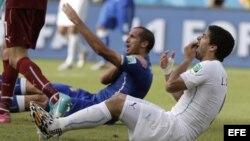 El zaguero italiano Giorgio Chiellini (i) y el delantero uruguayo Luis Suárez (d)…