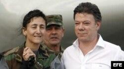 Ingrid Betancourt junto al entonces ministro colombiano de Defensa, Juan Manuel Santos, tras descender del avión que la trasladó desde Tolemaida a la base militar de Catam en Bogotá (Colombia).