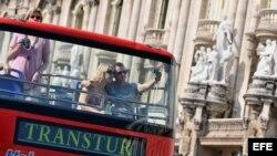 Una pareja de turistas se toma una foto en un bus en La Habana (Foto: Archivo).