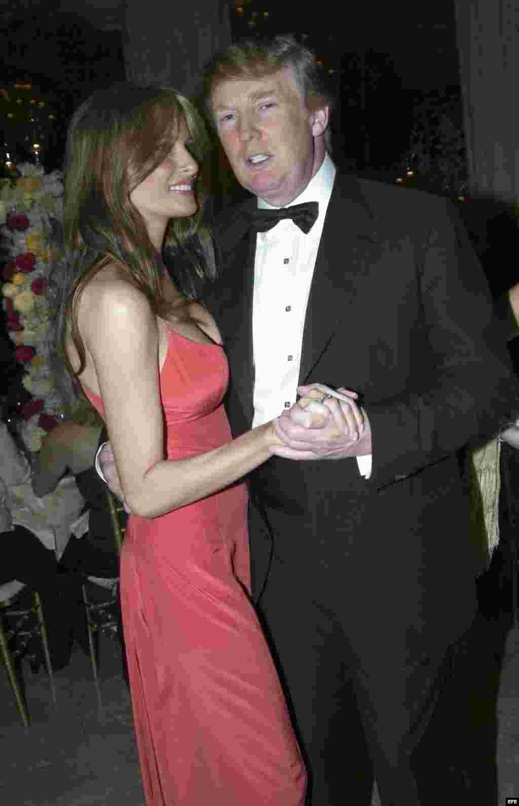 El magnate Donald Trump y su esposa Melania bailan durante una Gala de la Cruz Roja, en enero de 2005.