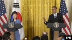 El presidente estadounidense, Barack Obama (d), y su homóloga surcoreana, Park Geun-hye, comparecen en una rueda de prensa en la Casa Blanca en Washington DC.
