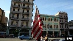 Una bandera de Estados Unidos ondea en un bicitaxi, en La Habana.