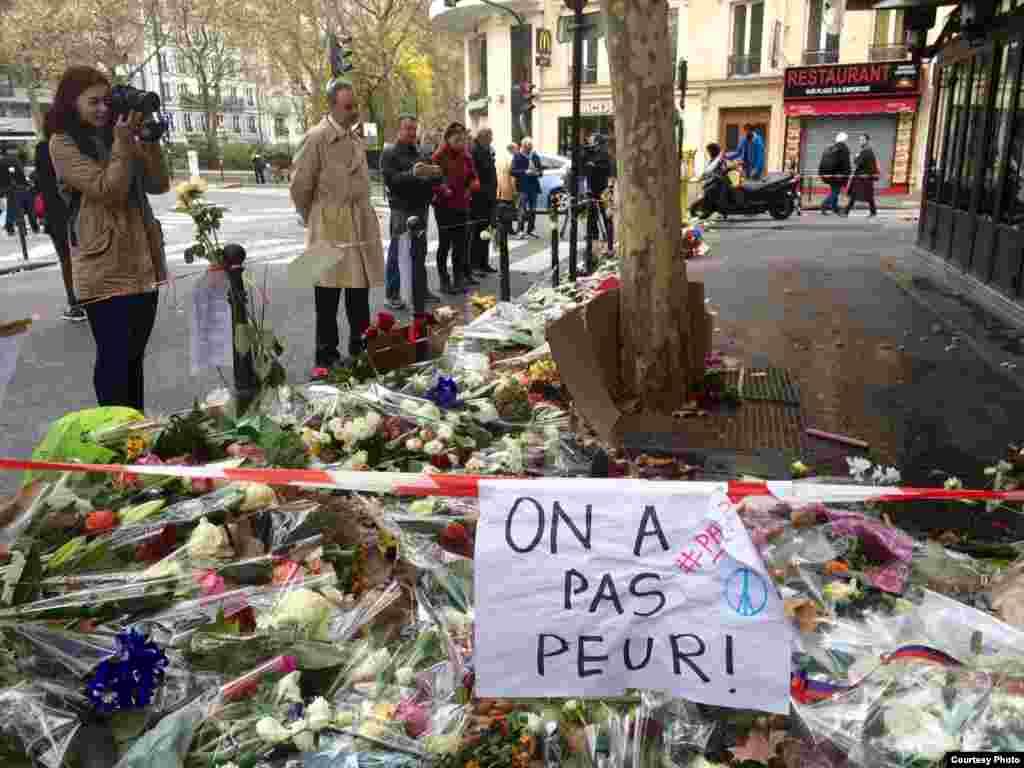 Parisinos rinden tributo a víctimas de los ataques terroristas.