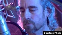Grabando: el músico y cantautor cubano Mike Porcel (Delio Regueral).