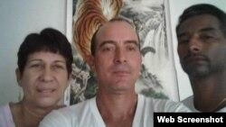 De izquierda a derecha, los cubanos Marilín Campos González, Raunel Rosquete Acosta y Raúl Pérez Macías, quienes desean quedarse a vivir en Guyana.