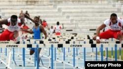 Dayron Robles (d) y Orlando Ortega corriendo los 110 metros con vallas.