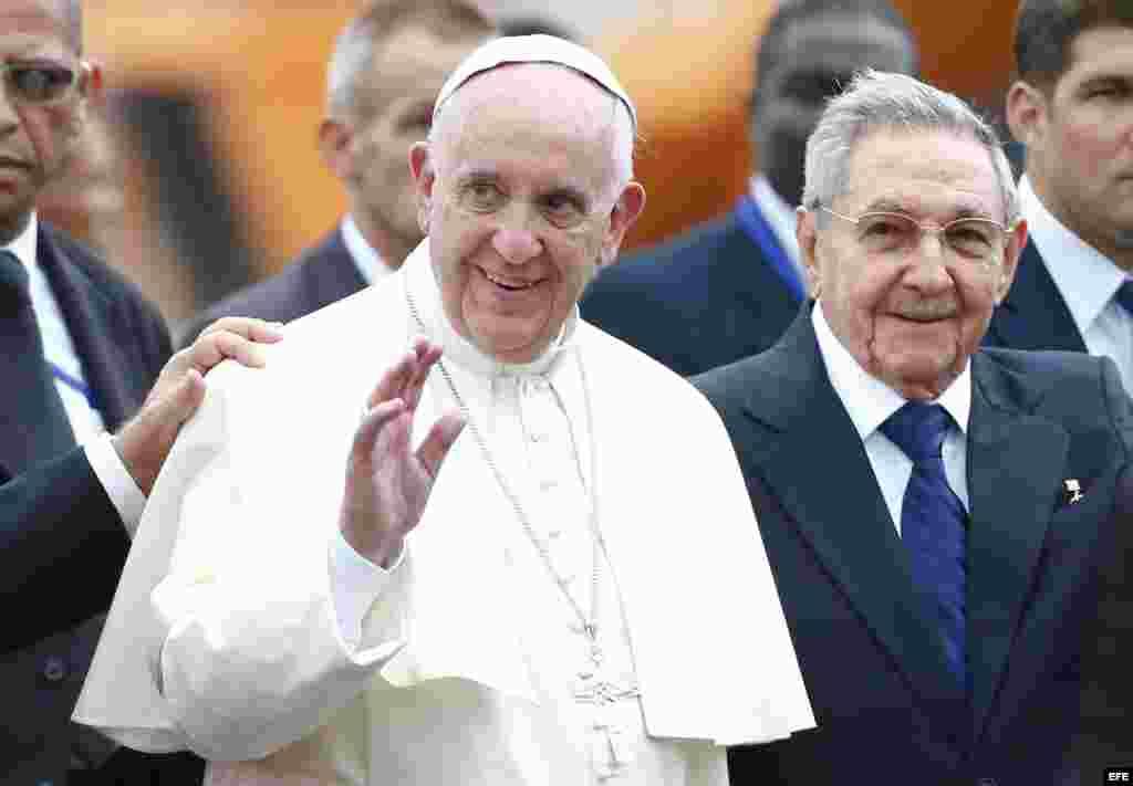 El papa Francisco es recibido en La Habana por el gobernante cubano Raúl Castro.