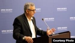 """Roberto Veiga durante el evento """"Cuba y los desafíos actuales"""", en Nueva York (Cuba Posible)."""