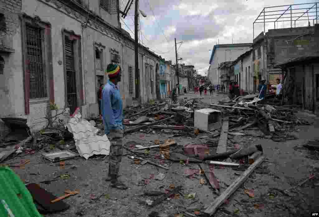 Un hombre contempla el paisaje de destrucción que dejó el tornado el domingo en varios barrios de La Habana.