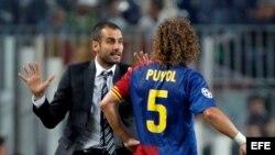 El defensa del F. C. Barcelona, Carles Puyol (d), atiende a las indicaciones del entrenador del equipo blaugrana, Pep Guardiola.