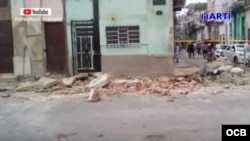 Vista del lugar donde fallecieron las tres niñas en La Habana tras derrumbarse un balcón.