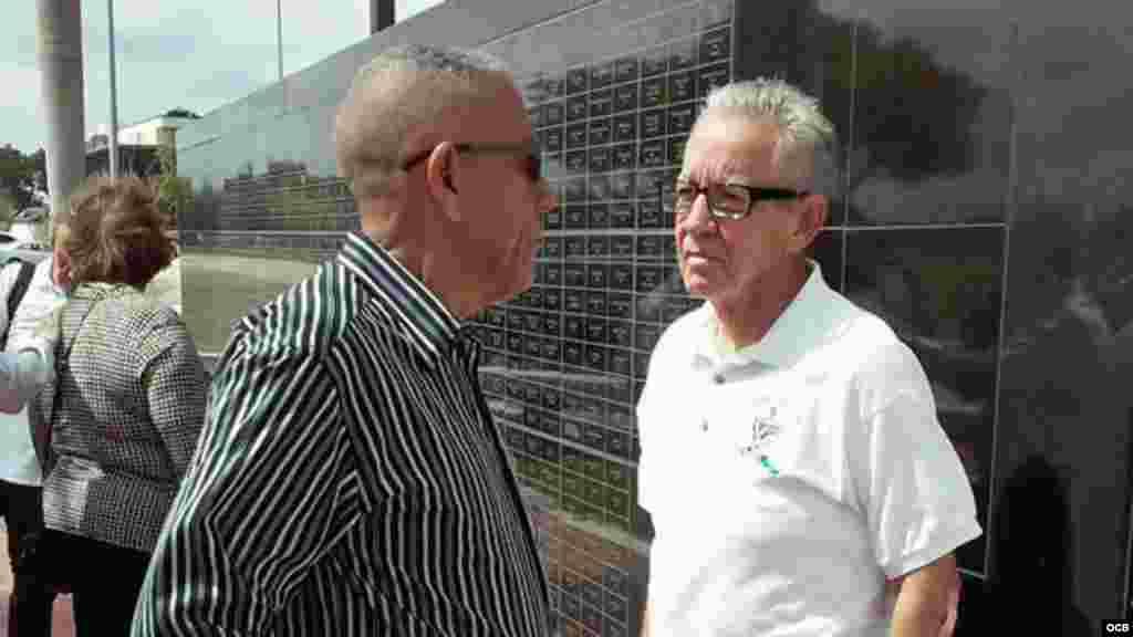 """Luis González Infante (i), presidente de la Casa del Preso en Miami, y Héctor Fabian, conductor del programa radial """"La séptima provincia"""", en el Memorial Cubano."""