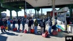 Hileras de residentes de New York para comprar gasolina en Brooklyn, New York, EE UU.