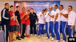 """Los integrantes de los equipos Los Domadores de Cuba (d) y """"Los Guerreros"""" de México (i) posan para una fotografía, en La Habana, Cuba."""