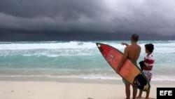 """Turistas observan la llegada de la tormenta tropical """"Karen"""" hoy, jueves 3 de octubre de 2013, desde una playa del centro de recreo de Cancún, en el estado mexicano de Quintana Roo."""