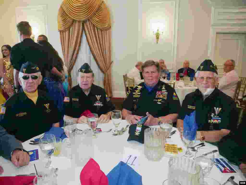 Un grupo de veteranos del Ejército de EEUU participa en el homenaje al Dr. Luis Conte Agüero por su 96 cumpleaños.