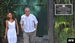 Elizardo Sánchez (d), de la Comisión Cubana de Derechos Humanos y Reconciliación Nacional (CCDHRN) y Kirenia Yalit Nuñes al salir de la embajda de Costa Rica en La Habana.