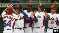 Alfredo Despaigne (izq) celebra con sus compañeros de equipo en el Clásico Mundial de Béisbol en el estadio Tokio Dome el viernes 8 de marzo de 2013 en Tokio (Japón).