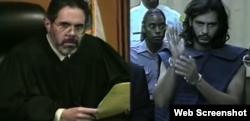 Juan Carlos Chávez (d) en la corte junto al juez Juan Ramírez, Jr.
