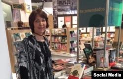 Daína Chaviano junto a su nueva novela.