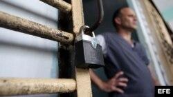Un recluso permanece en la puerta de su celda, en la prisión Combinado del Este, en La Habana. Foto Archivo
