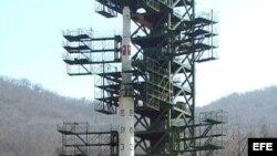 Archivo - Fotografía de archivo enviada por la agencia norcoreana KCNA del cohete de largo alcance Unha-3.