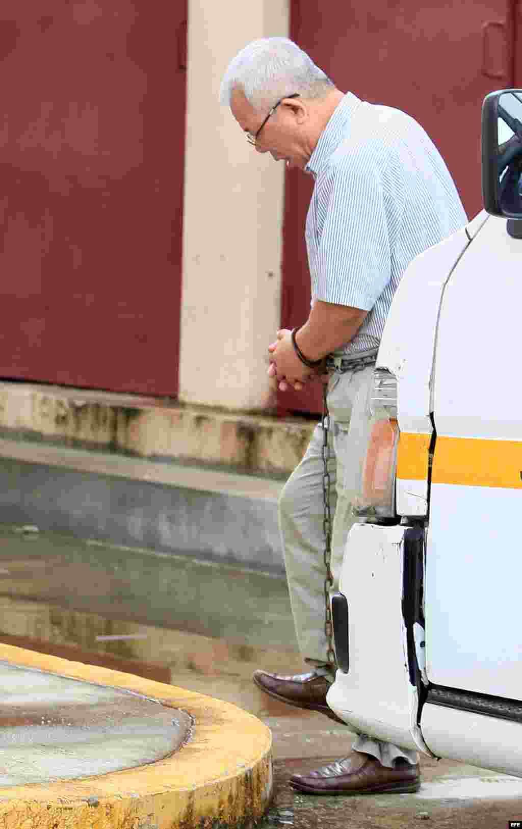 El norcoreano Kim Yong Gol, oficial político del buque norcoreano detenido en 2013 en Panamá con un arsenal cubano no declarado, a su llegada hoy, miércoles 4 de junio de 2014, al Tribunal Tercero del Circuito Judicial de la ciudad de Colón, donde se cele