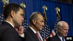 """El senador republicano por la Florida Marco Rubio (i), el demócrata de Nueva York Chuck Schumer (c) y el republicano de Arizona John McCain, miembros del llamado """"Grupo de los ocho"""", una comisión bipartidista de senadores que lideran el proyecto de ley de"""
