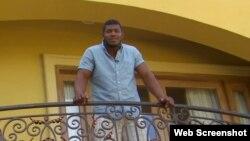 El cubano Yasiel Puig en el balcón de su casa en Los Ángeles, California.