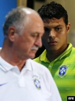 El técnico de la selección brasileña, Luiz Felipe Scolari, y el jugador Thiago Silva durante una rueda de prensa en el Estadio Mineirao de Belo Horizonte.