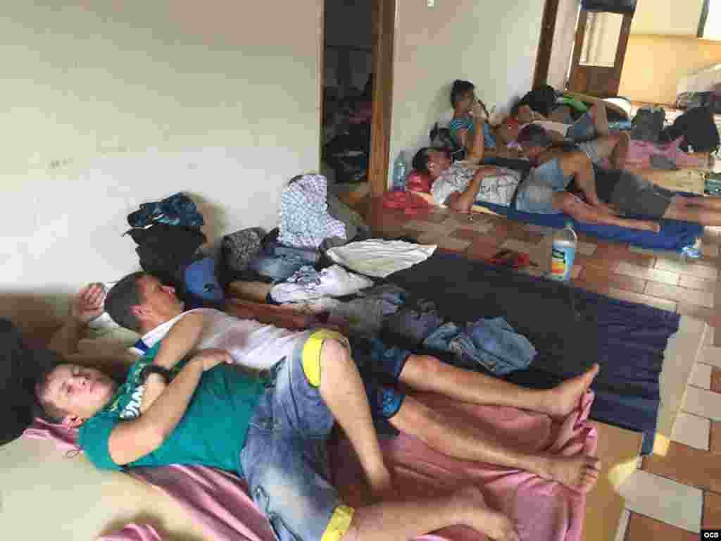 Cubanos en el poblado La Cruz, cercano a la frontera con Nicaragua.