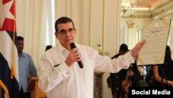 """El embajador de Cuba en EEUU, José Ramón Cabañas, muestra un reconocimiento del Distrito de Columbia al festival """"Artes de Cuba"""". Tomado de @EmbaCubaUS"""