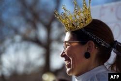 Manifestante en Denver en enero del 2019, imitando a la jueza Ginsburg.