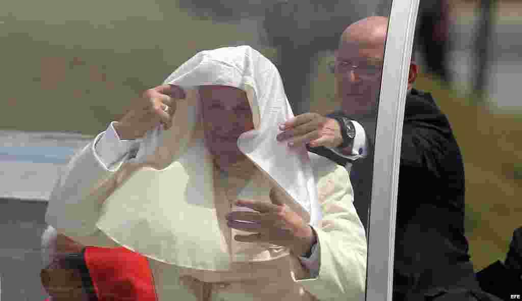 El papa Francisco viaja en papamóvil hacia el aeropuerto aeropuerto Antonio Maceo de la ciudad de Santiago de Cuba (Cuba).