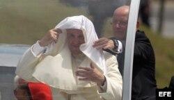 El papa Francisco viaja en papamóvil hacia el aeropuerto Antonio Maceo de la ciudad de Santiago de Cuba.
