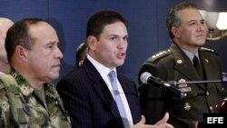 El ministro de Defensa de Colombia, Juan Carlos Pinzón (c), ofrece unas declaraciones a la prensa