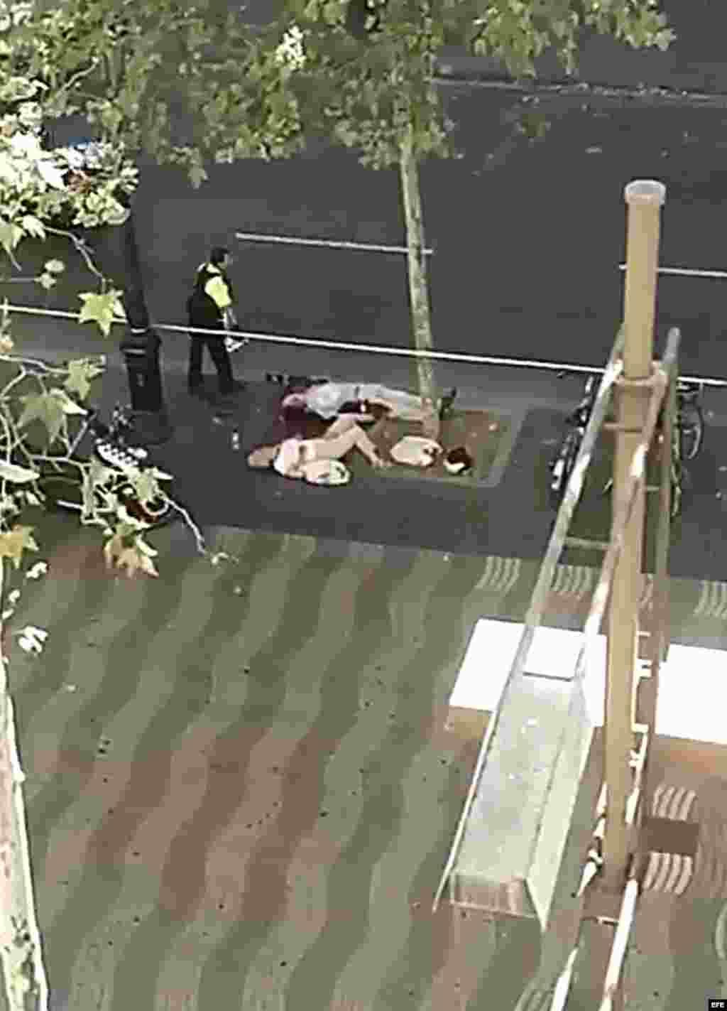 Captura de un vídeo doméstico con varias de las víctimas del atropello masivo de una furgoneta que ha arrollado esta tarde a varias personas que paseaban por las Ramblas de Barcelona. Los Mossos d'Esquadra y los equipos de emergencias sanitarias han desp