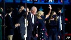 Joe Biden y su familia después de pronunciar un discurso en Wilmington, Delaware, el sábado en la noche (Paul Sancya / AP Photo).