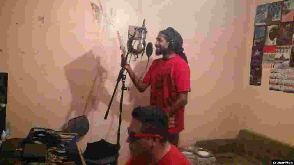 El rapero cubano Raudel Collazo, de Escuadrón Patriota, durante una grabación.