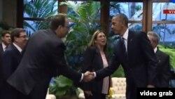Tras saludar a Raúl Castro (d) en el Palacio de la Revolución de La Habana, el presidente Barack Obama saluda a su hijo mayor, Alejandro Castro Espín.