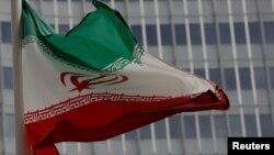 La bandera de Irán frente a las oficinas del del Organismo Internacional de Energía Atómica en Vienna.