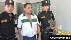PNC de Guatemala con el coyote que transportaba a 34 cubanos.